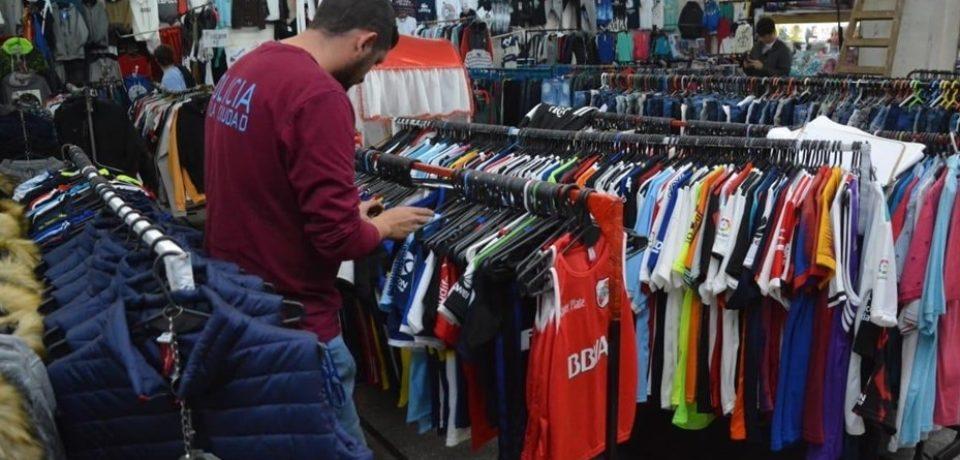 En Liniers debaratan banda de productos deportivos ilegales