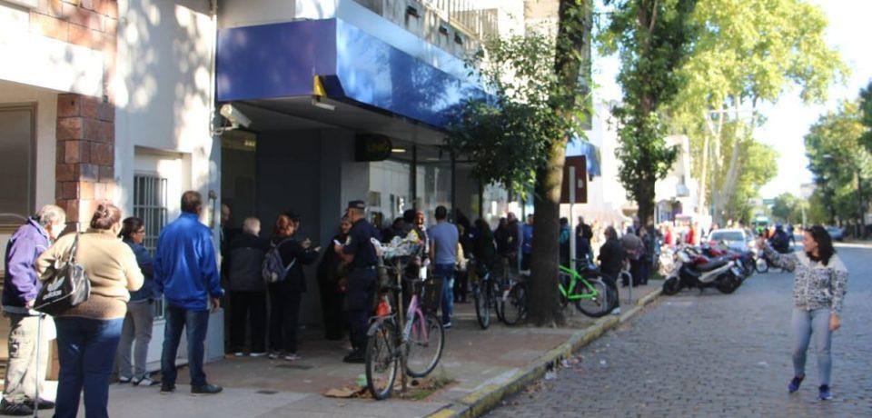 Jubilados: largas filas en los Bancos por sus haberes